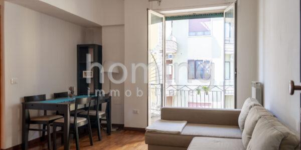 divano-e-tavolo-in-miniappartamento