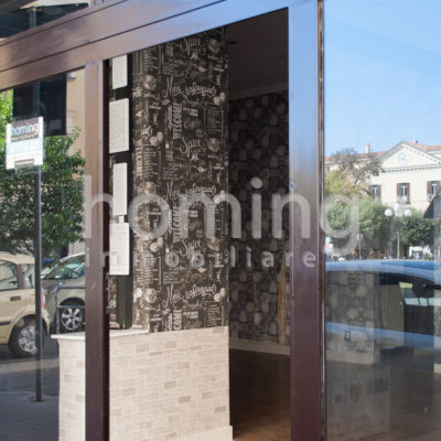 negozio con due vetrine su strada in affitto