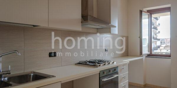 Cucina-arredata-nell-appartamento-all-ultimo-piano